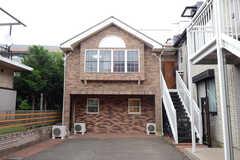 シェアハウスの外観。玄関は階段を上がった先です。(2013-07-05,共用部,OUTLOOK,1F)