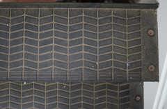 階段のステップはタイヤっぽい。(2013-07-05,共用部,OTHER,2F)