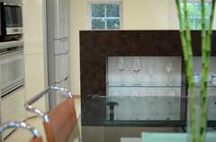 キッチンのカウンターにはグラスやコーヒーカップが飾られています。(2013-07-05,共用部,LIVINGROOM,2F)
