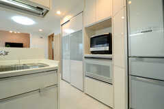 キッチン家電の様子。引き出しの中には炊飯器があります。(2013-07-05,共用部,KITCHEN,2F)
