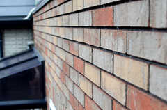 外壁はレンガ壁です。(2013-07-05,共用部,KITCHEN,2F)