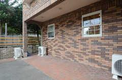 自転車置場の様子。宅配ボックスを設置する予定なのだそう。(2013-07-05,共用部,GARAGE,1F)