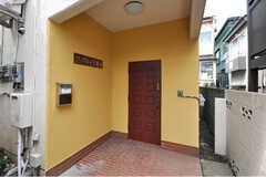 シェアハウスの玄関ドアの様子。(2010-03-29,周辺環境,ENTRANCE,1F)