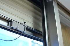 窓の外側はシャッターが下ろせるようになっています。(2012-12-24,専有部,ROOM,1F)