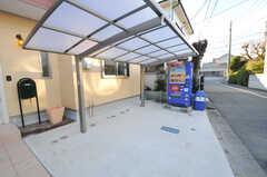 自転車置き場の様子。自動販売機も設置されています。※現在は自動販売機はありません(2012-12-24,共用部,OTHER,1F)