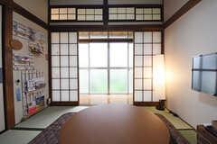 リビングの様子2。掃き出し窓からは庭へ出られます。(2016-06-20,共用部,LIVINGROOM,1F)