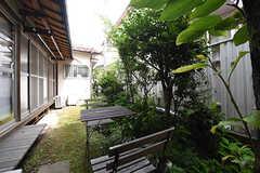 庭の様子。テーブルとチェアが用意されています。(2016-06-20,共用部,OTHER,1F)