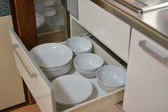 クッキングヒーターの下は共用の食器が収納されています。(2016-06-20,共用部,KITCHEN,1F)