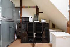 食器棚の様子。電子レンジ、オーブントースター、炊飯器が設置されています。(2016-06-20,共用部,KITCHEN,1F)
