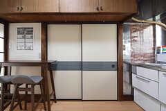 キッチン側から見たリビングとつながっている引き戸。(2016-06-20,共用部,KITCHEN,1F)