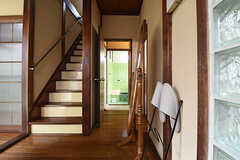 玄関側から見た廊下の様子。階段脇、突きあたりが脱衣室です。(2016-06-20,共用部,OTHER,1F)