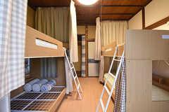 ドミトリーの様子。3名で利用します。ベッドの周囲はカーテンで仕切られています。(101号室)(2016-06-20,専有部,ROOM,1F)