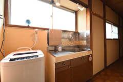 洗濯機、洗面台が並んでいます。(2016-06-20,共用部,LAUNDRY,2F)