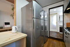 冷蔵庫は2台設置されています。突き当たりは水まわり設備です。(2018-04-19,共用部,KITCHEN,1F)
