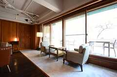 窓際のカフェスペース。(2016-03-22,共用部,LIVINGROOM,1F)