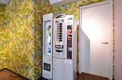 ダイニングには自動販売機が設置されています。(2016-03-22,共用部,LIVINGROOM,1F)