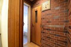 共用のバスルームには、サウナが設けられています。(2016-03-22,共用部,BATH,1F)
