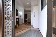 玄関から見た内部の様子。入ってすぐダイニング・キッチンがあります。(2014-02-20,周辺環境,ENTRANCE,1F)