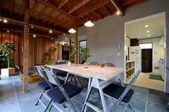 右手奥にキッチン、左手奥の廊下の向かいにD.I.Y.Roomが設けられています。(2015-03-04,共用部,LIVINGROOM,1F)