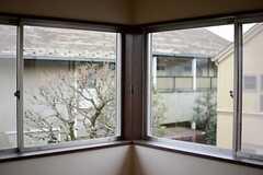 2面窓で日当たりもたっぷり。(204号室)(2015-03-04,専有部,ROOM,2F)