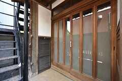 玄関ドアの様子。雰囲気のある引き戸です。(2016-05-12,周辺環境,ENTRANCE,1F)