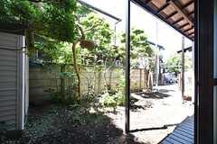 庭の様子。小さな縁側があります。(2016-05-12,共用部,OTHER,1F)