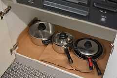 フライパンや鍋類はコンロ下に収納されています。(2016-05-27,共用部,KITCHEN,1F)