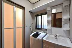 脱衣室の様子。バスルームと洗面台、洗濯機が設置されています。(2016-05-12,共用部,BATH,1F)