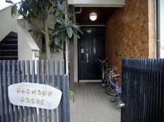 シェアハウスの正面玄関。左の外階段からは2Fにダイレクトでアクセスできる。(2007-12-19,周辺環境,ENTRANCE,1F)