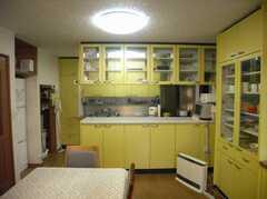 キッチン周りは見ての通り収納だらけ。自分だけのスペースが割り振られるとの事(2007-12-19,共用部,LIVINGROOM,1F)