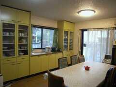 奥の扉から洗濯スペースに出ることが出来ます(2007-12-19,共用部,LIVINGROOM,1F)