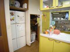 大きな冷蔵庫とその脇のストックスペースの様子。(2007-12-19,共用部,KITCHEN,1F)
