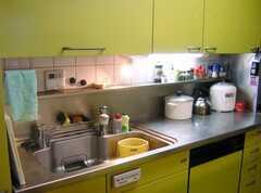 キッチン水周りの様子。シンク手前のスイッチは足元暖房のスイッチです(2007-12-19,共用部,KITCHEN,1F)
