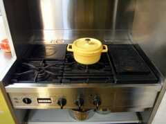 ガスコンロの様子。このお鍋はどうやらルクレーゼのようです(2007-12-19,共用部,KITCHEN,1F)