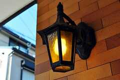 玄関脇の外灯の様子。(2012-05-21,周辺環境,ENTRANCE,1F)