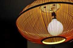 玄関には竹製のペンダントライトがあります。(2012-05-21,周辺環境,ENTRANCE,1F)