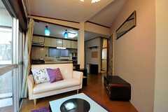 リビングの様子。柱の奥にはキッチンがあります。(2012-05-21,共用部,LIVINGROOM,1F)