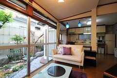 リビングの様子2。左手の掃き出し窓から庭に出られます。(2012-05-21,共用部,LIVINGROOM,1F)