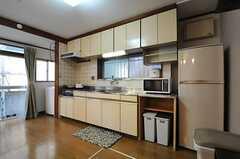 キッチンの様子2。左の掃き出し窓から物干しスペースに出られます。(2012-05-21,共用部,KITCHEN,1F)
