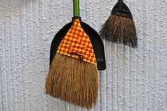 清掃道具の様子。外壁に吊るされています。(2012-05-21,共用部,OTHER,1F)