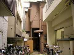 シェアハウス外観。商店街の路地を入ってすぐの立地。(2005-07-14,共用部,OUTLOOK,1F)