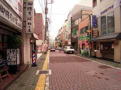 シェアハウスへ向かう道の様子。商店街を抜ける。(2005-07-14,共用部,ENVIRONMENT,1F)