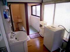キッチンの奥にまとめられた水周り設備の様子。(2005-07-14,共用部,OTHER,1F)