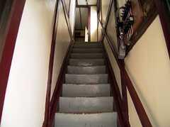 2階へ上がる階段の様子。1階とは別の入口となる。(2005-07-14,共用部,OTHER,2F)