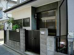 正面玄関の様子。(2006-08-04,周辺環境,ENTRANCE,1F)
