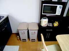 キッチンに設置されたゴミ箱(2006-08-04,共用部,OTHER,1F)