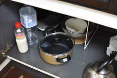 ガスコンロの下は共用の鍋やヤカンが収納されています。(2017-02-15,共用部,KITCHEN,4F)