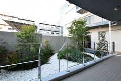 渡り廊下から庭に降りることができます。(2020-11-04,共用部,OTHER,1F)
