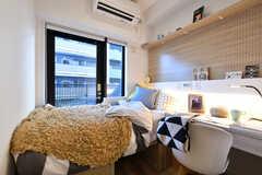 専有部の様子2。ベッドとデスクは備え付けです。モデルルームです。(S220号室)(2020-11-04,専有部,ROOM,2F)