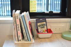 共用の本やお菓子がテーブルに並ぶこともあるかも。モデルルームです。(S217号室)(2020-11-04,専有部,ROOM,2F)